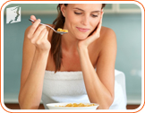 Woman eating: eat slowly and chew properly facilitates the work of the digestive system