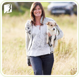 Woman holding a dog: daily routine may influence in woman's experience of breast pain