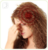 Woman in pain: pulsating pain in the head is a common symptom of menopausal headaches