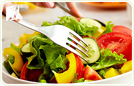 Salad plate: a diet rich in vegetables can help regulating mood swings.